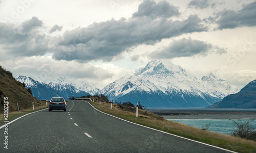 Deurstickers Nieuw Zeeland Road to Aoraki/Mount Cook the highest mountains in New Zealand.