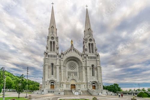 Fotografija View at the facade of Basilica Sainte Anne de Beaupre in Canada