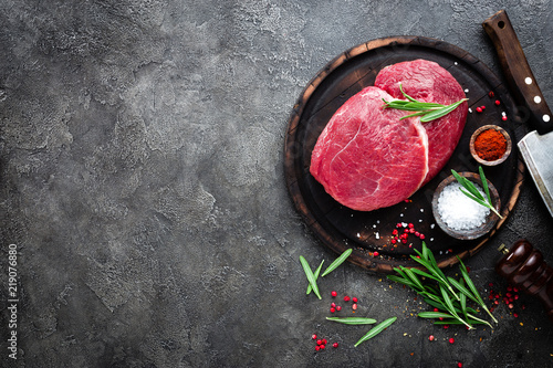 Fond de hotte en verre imprimé Viande Raw beef meat. Fresh cut of beef meat on board with spices