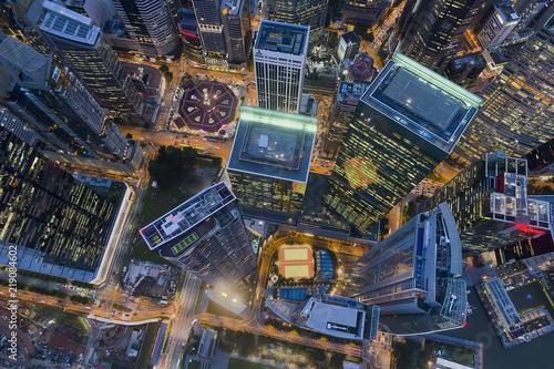 nowoczesna-architektura-budynkow-w-nocy-widok-z-lotu-ptaka-znajduje-sie-w-samym-sercu-centrum-finansowego
