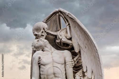 The Kiss of Death statue in Poblenou Cemetery in Barcelona Fototapete