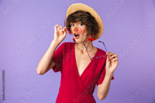 Photo  Portrait of a pretty young girl in straw hat
