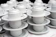 Weiße Kaffeetassen aufgebaut zur Selbstbedienung - Selektive Schärfe