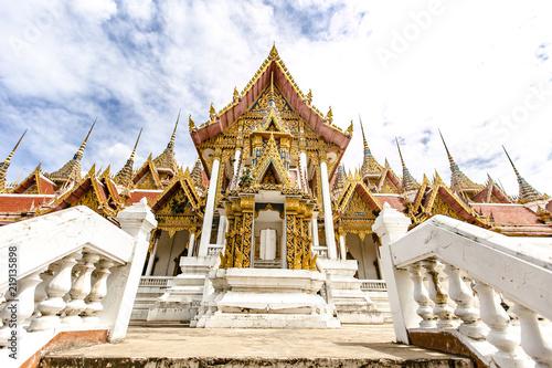 Foto  Ubosot Roi Yord at Wat Phai Rong Wua, Suphanburi, Thailand.