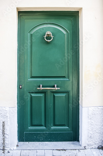Photo crafted wooden door of ancient building