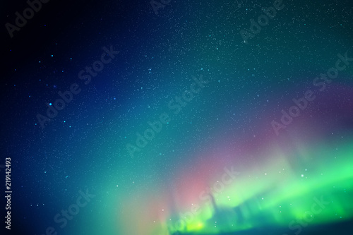 Wektorowa ilustracja z pięknym gwiaździstym niebem i Północnymi światłami. Streszczenie kolorowe tło z czerwono-zielona zorza polarna.