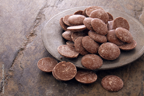 obraz dibond loose chocolate pieces