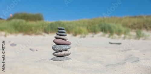 Tuinposter Stenen in het Zand Pyramid of sea stones on the sand by the sea