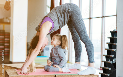 Fotografia Mom and daughter together perform different exercises