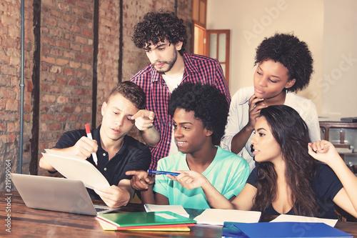 Junge Studenten arbeiten am Computer Wallpaper Mural