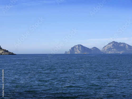 Photo The isle of Capri in the Bay of Naples off the Sorrentine Peninsular in Italy
