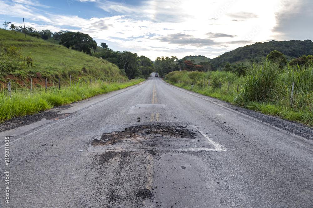 Fototapeta Má conservação da rodovia MG 126 entre as cidades de Guarani e Rio Novo, estado de Minas Gerais, Brasil