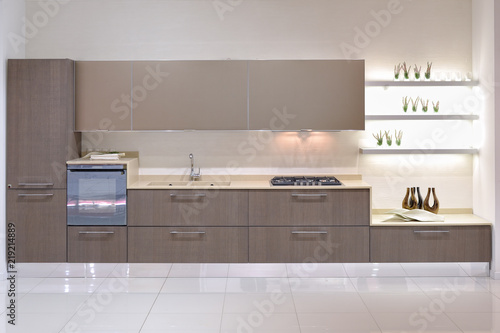 Cucina moderna con parete attrezzata - Buy this stock photo ...
