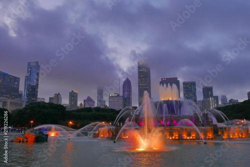 Foto op Plexiglas Chicago fontaine face aux tours de chicago
