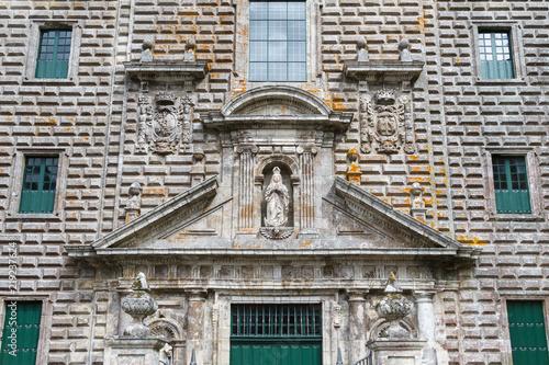 Fachada, estatua de la virgen y ventanales. Monasterio de Oseira. San Cristóbal de Cea, Ourense, Galicia, España.