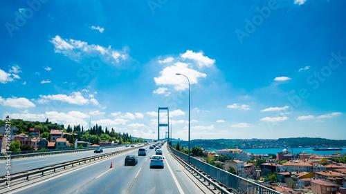 Foto ISTANBUL, TURKEY -Traffic on Bosphorus Bridge