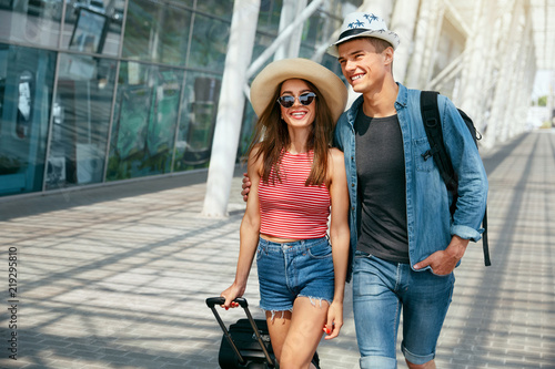 Fotografia  Couple Travel On Vacations. Happy People Near Airport