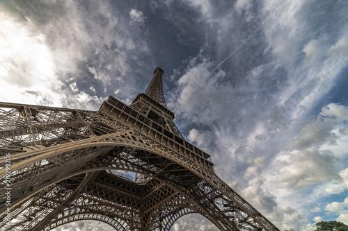 Fototapeta Torre eiffel, cielo y nubes obraz na płótnie
