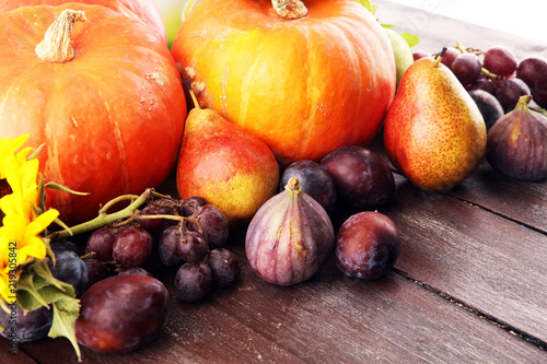 Obrazy owoce autumn-nature-concept-fall-fruit-and-vegetables-on-wood-thanksgiving-dinner