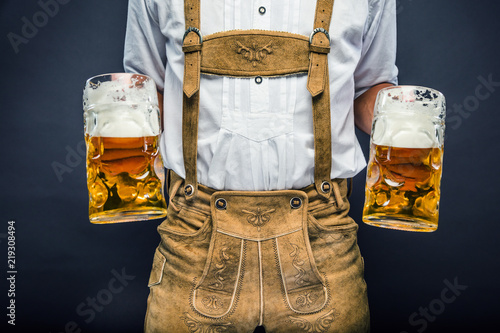 Photo Mann in Lederhosen mit Oktoberfest-Bier
