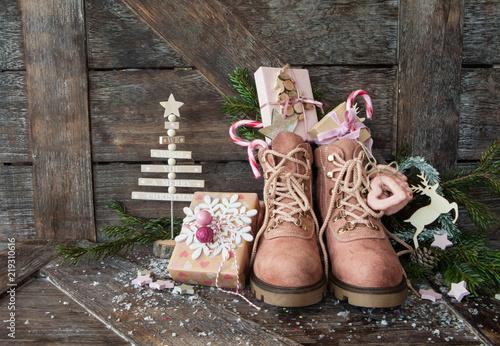 Fotografía  Rustikale Stiefel mit kleinen Geschenken