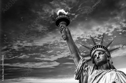 Foto op Aluminium Historisch mon. Statue of Liberty, dramatic sky background. New York City, USA