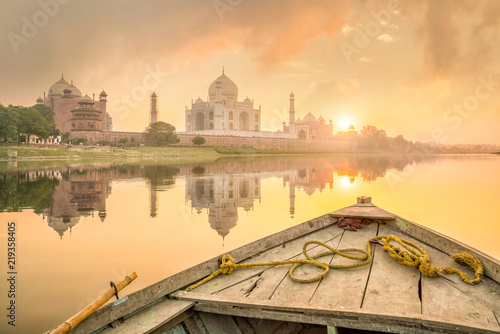 Spoed Foto op Canvas Asia land Panoramic view of Taj Mahal at sunset