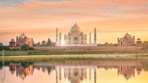 Tuinposter India Panoramic view of Taj Mahal at sunset