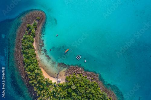 Montage in der Fensternische Sansibar Blue turquoise water sea island with green tree summer vacation background