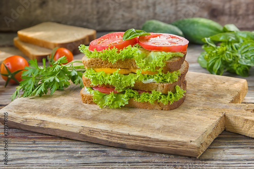 Staande foto Snack Sandwich with fresh tomato, lettuce and cream cheese