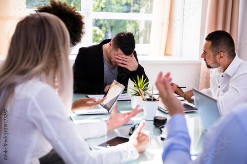 Fotografía  Businesspeople Blaming Their Colleague In Office
