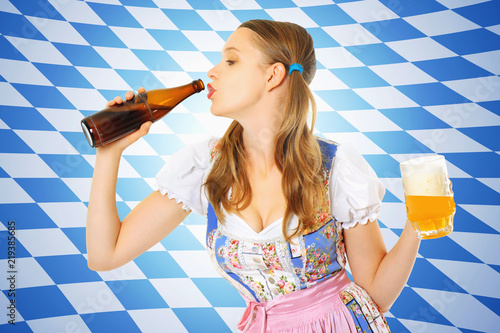 Fotografía  schöne frau trinkt bier aus der flasche_wappen
