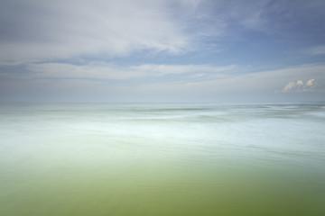Fototapeta Morze Morze Bałtyckie, widok z zachmurzonym niebieskim niebem