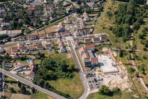 Photo vue aérienne d'un village de l'Oise en France avec des maisons en construction