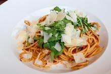 Assiette De Spaghetti à La Sauce Tomate Avec Roquette Et Parmesan