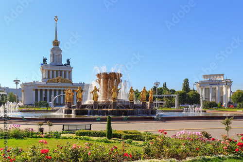Foto op Plexiglas Kiev Fountain Friendship of peoples on a background of pavilion Central on VDNH in Moscow on a sunny summer morning
