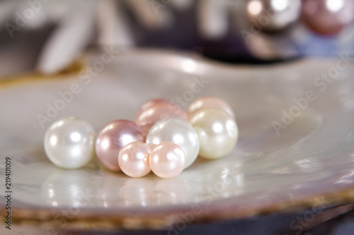 Carta da parati different size of pearls on the shell