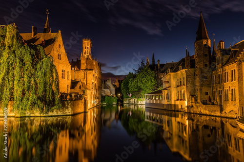 In de dag Brugge Reflections in canal in Bruges, Belgium during the night