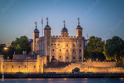 Foto  London - August 05, 2018: The Tower of London by the river Thames in London, Eng
