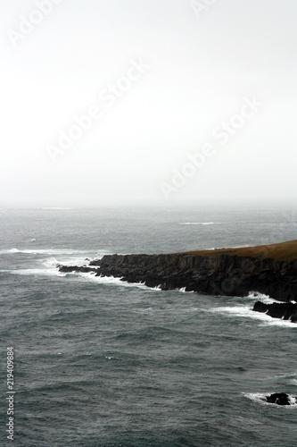 Acantilado costero en Islandia un día otoñal lluvioso.