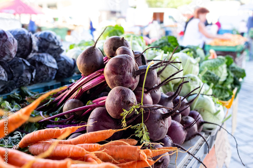 Fototapeta Beetroots, carrots, kohlrabi and red cabbage at market.