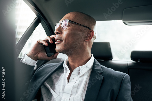 Businessman talking on mobile phone sitting in car Tablou Canvas