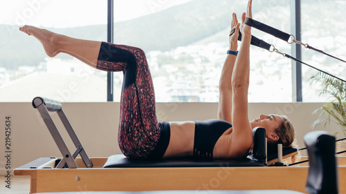 Photo  Woman doing pilates workout at the gym