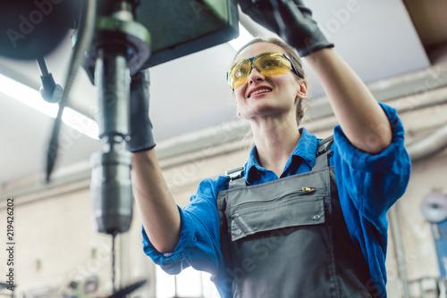 Obraz na plátně Arbeiterin in Schlosserei arbeitet an der Bohrmaschine