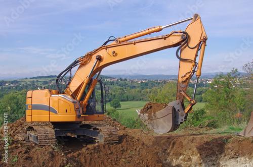 Fotografia, Obraz  Pelleteuse à godet et à chenille en action, travaux de terrassement en vue de la construction d'un lotissement