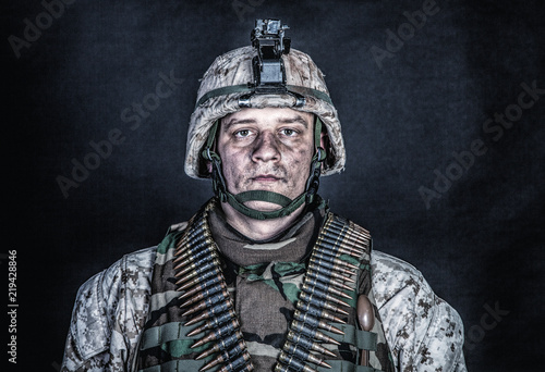 Photo Shoulder portrait of experienced army soldier, military conflict veteran, skille