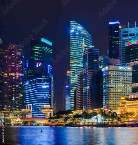 Fotomural SINGAPORE - 17 Jul 2014: a composite panorama show the skyline of the Central Business District over the Marina Bay, Singapore