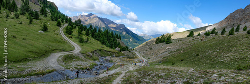 Photo Photo de paysage panoraminque de haute montagne et de chemins de randonnée dans