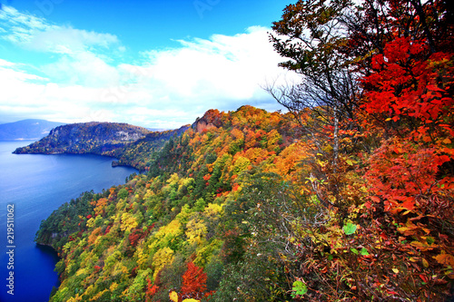 Photo Beautiful aerial view of Lake Towada with colorful autumn foliage in Aomori, Jap