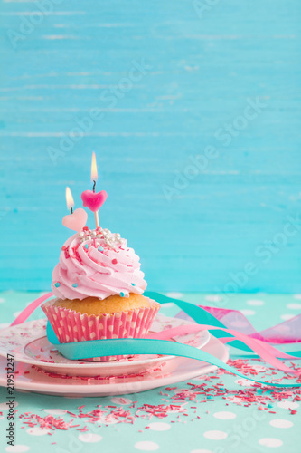 Cuadros en Lienzo pink cupcake on blue wooden background